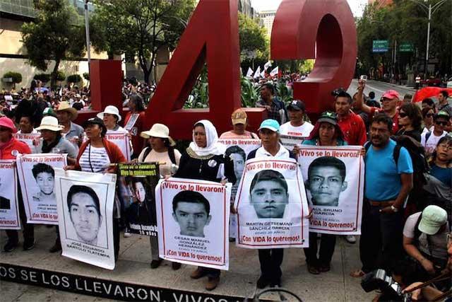 Padres de los 43 exigen que se vaya Tomas Zerón o no volverán al diálogo