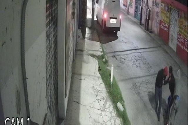 Cámaras graban asalto a transeúnte en Xochimehuacán
