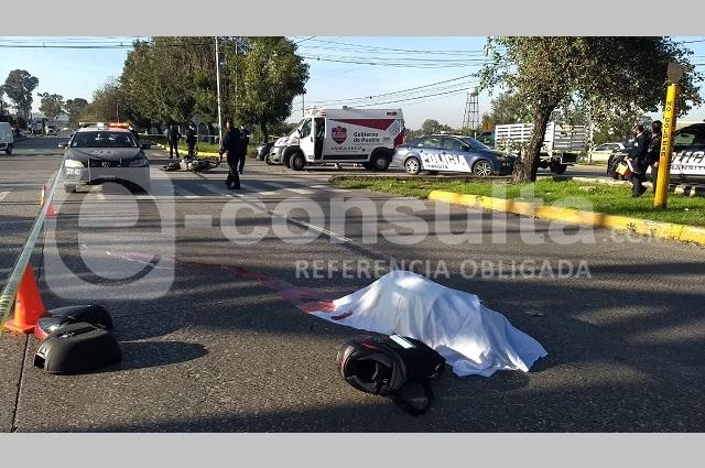 Muere al chocar su moto contra un taxi, en el Puebla 2000