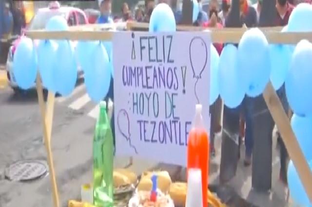 Celebran cumpleaños de bache en Iztapalapa