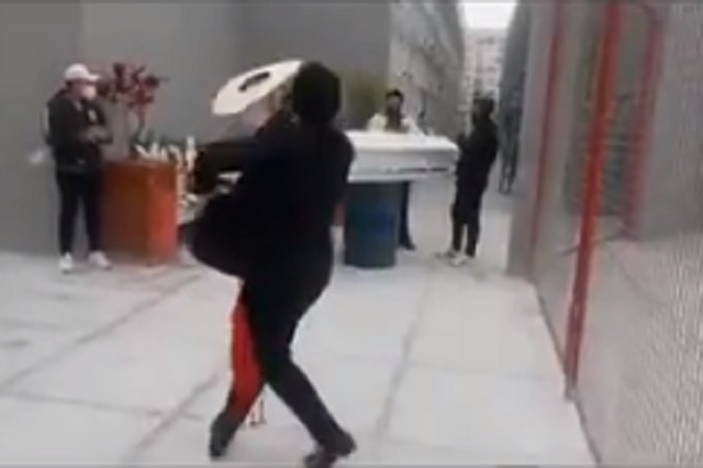 Despide a su madre fallecida bailando frente a su ataúd