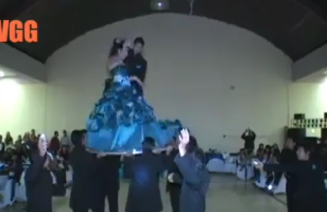 Facebook: Quinceañera sufre bochornoso incidente al bailar