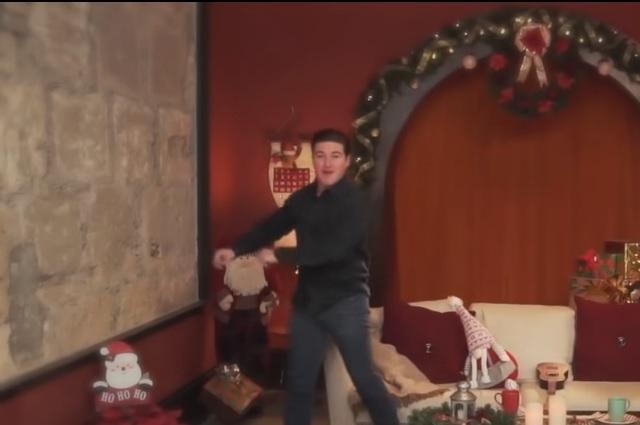 Senador Samuel García canta y baila en video de precampaña