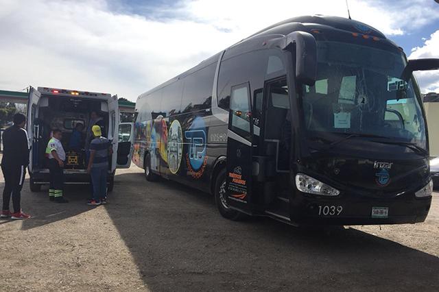 A pedradas atracan camión turístico en la Puebla-Tehuacán