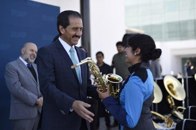 Entrega rector instrumentos a Banda de Marcha Universitaria