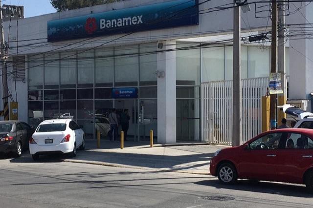 Solitario hombre armado asalta Banamex de Xilotzingo