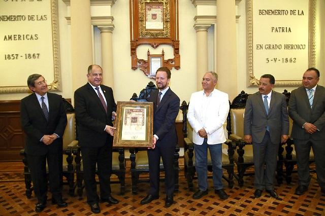 Luis Banck entrega la Cédula Real al doctor Guillermo Solís
