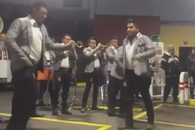 Banda organiza tocada para quienes esperaban para cargar gasolina