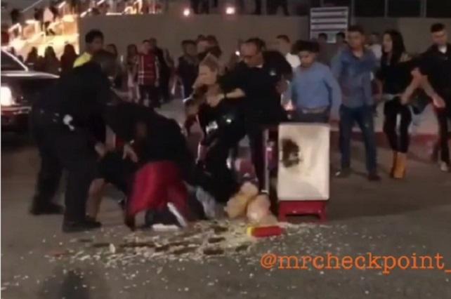 Graban violenta detención de joven que vendía hot dogs en EU