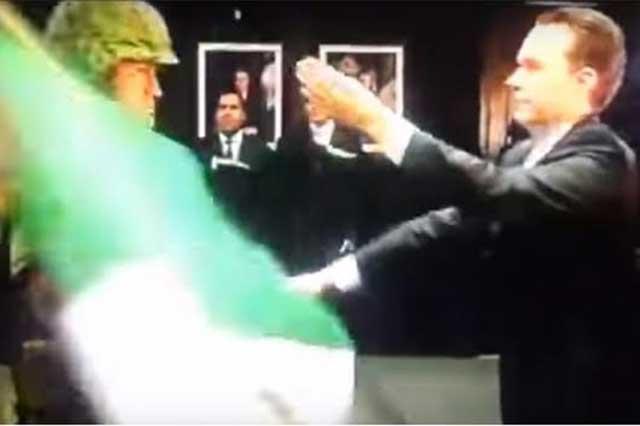 Un soldado le arrebata la bandera a Manuel Velasco, gobernador de Chiapas