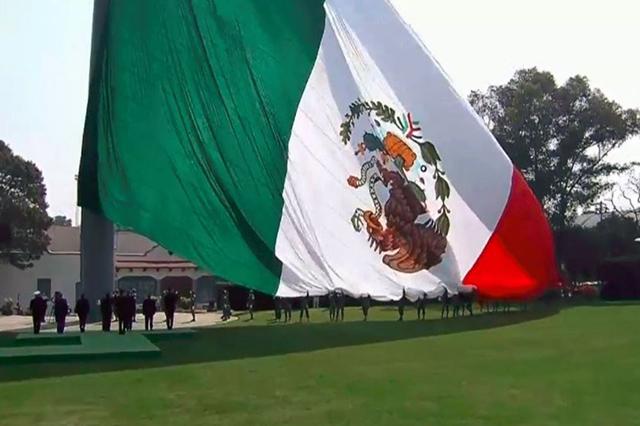 EPN conmemora el Día de la Bandera con el escudo al revés