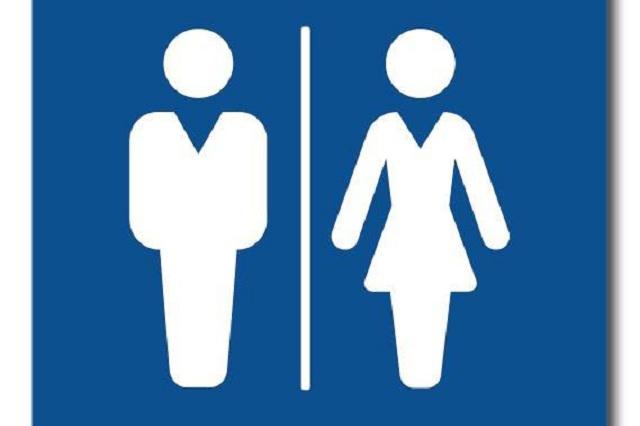 Quitan morbo y video muestra a hombres y mujeres en baño mixto