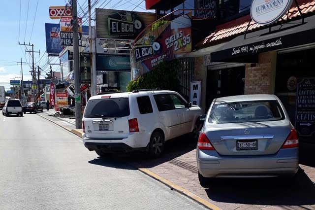 Quitarán autos de banquetas en la Calzada Zavaleta, anuncia SSP