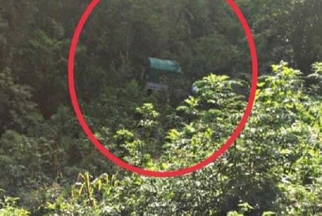 Camioneta con niños cae en barranco en Huitzilan de Serdán