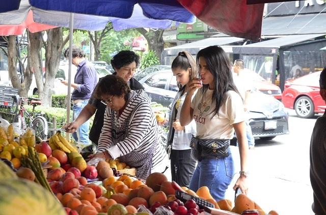 Fotos: Captan a Bárbara de Regil comprando en mercado sobre ruedas