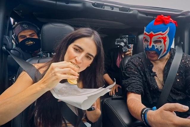El Escorpión Dorado reta a Bárbara de Regil a probar tacos de canasta