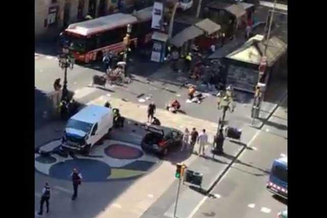 Un sujeto atropella con una furgoneta a varias personas en Barcelona