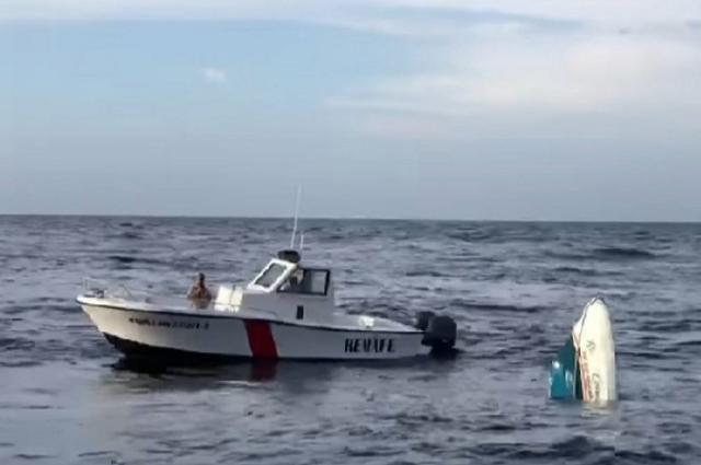 Barco turístico con 15 personas se hunde en Isla Mujeres