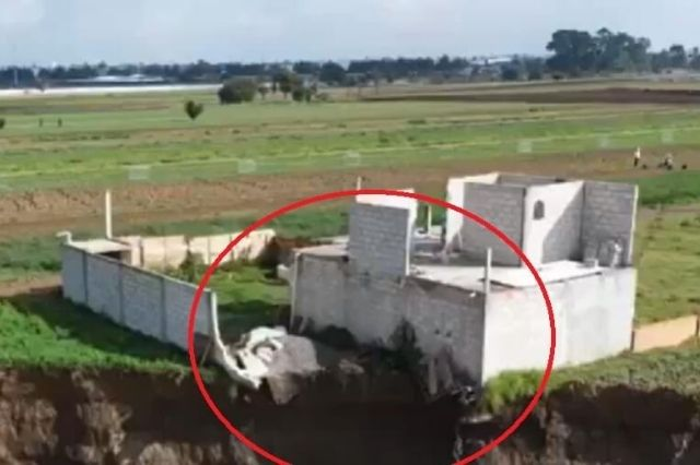 Cae barda de la vivienda afectada por el socavón en Juan C. Bonilla
