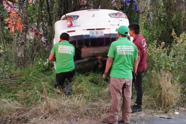 Auto se va a la barranca; sus dos ocupantes salvan la vida