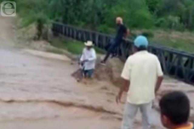 Rescatan a abuelo en Ajalpan tras ser arrastrado por la lluvia