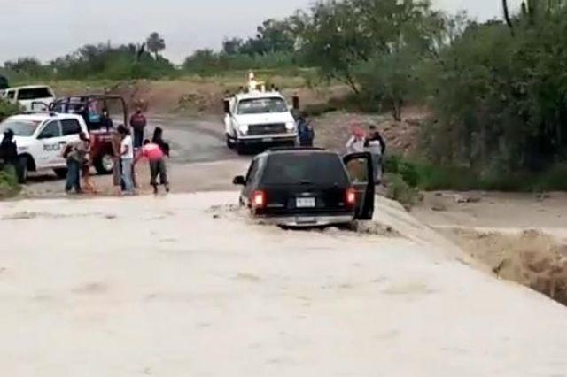 Barrancada se lleva a camioneta con todo y familia en Tehuacán