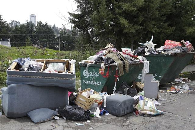 Pepenador encuentra 1 mdp entre la basura; los regresa a su dueño