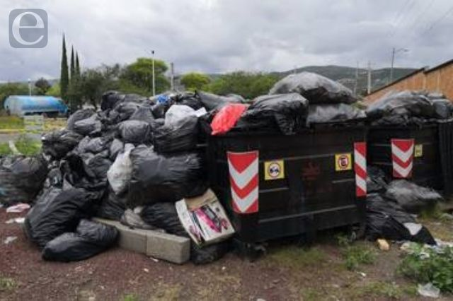 Hospital General de Tehuacán amontona basura en el patio