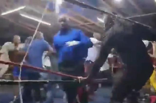 Pelea de box africana termina en batalla campal sobre el ring