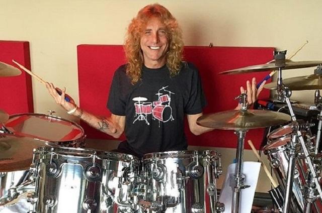 Ex baterista de Guns N' Roses se apuñaló en el estómago