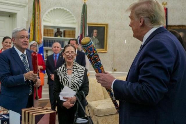 Por qué intercambian bates de béisbol AMLO y Trump