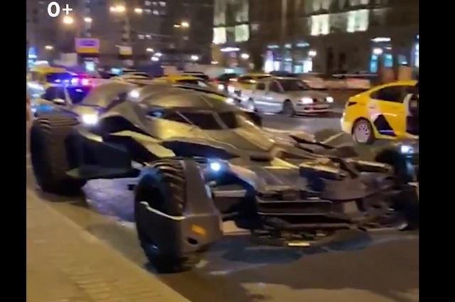 Detienen a Batman en Moscú por infringir la ley con su Batimóvil