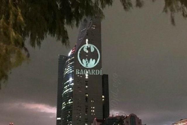Memes de la Batiseñal proyectada en la Torre Reforma