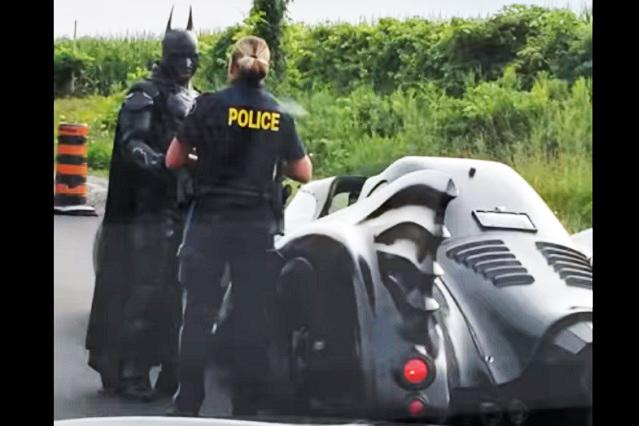 Mujer policía detiene a Batman en su batimovil y video es viral