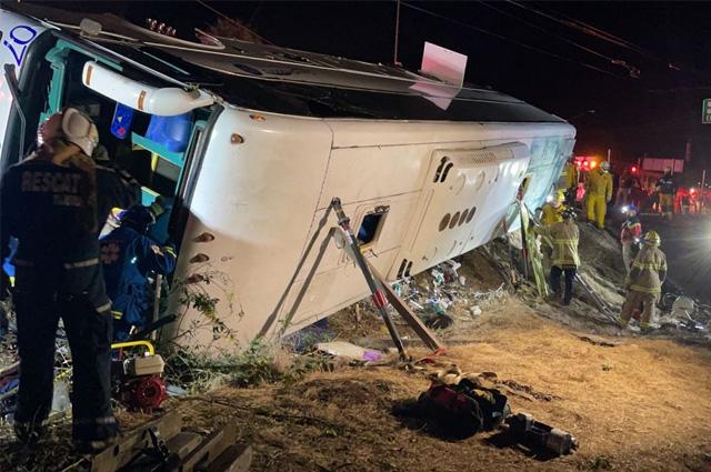 Vuelca autobús turístico en Baja California; siete muertos