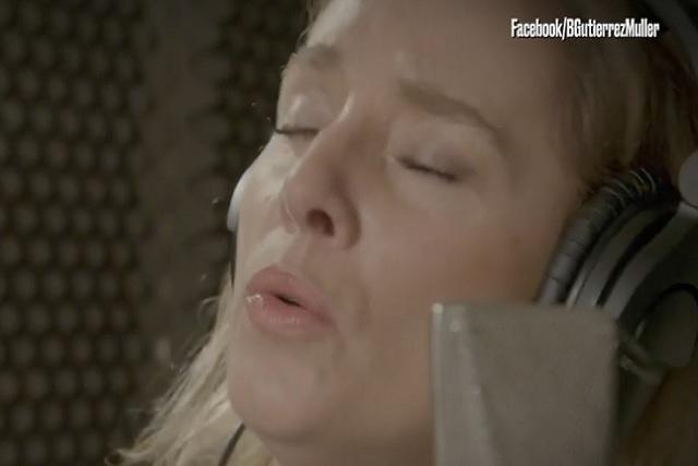 Beatriz Gutiérrez Müller apoya la campaña de AMLO cantando