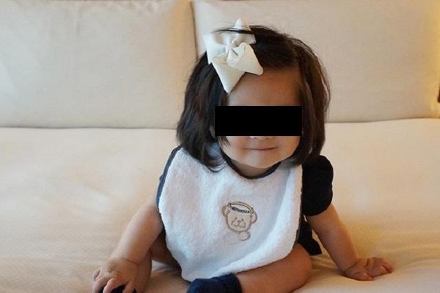 Bebé con cabellera larga es la modelo de marca de shampoo