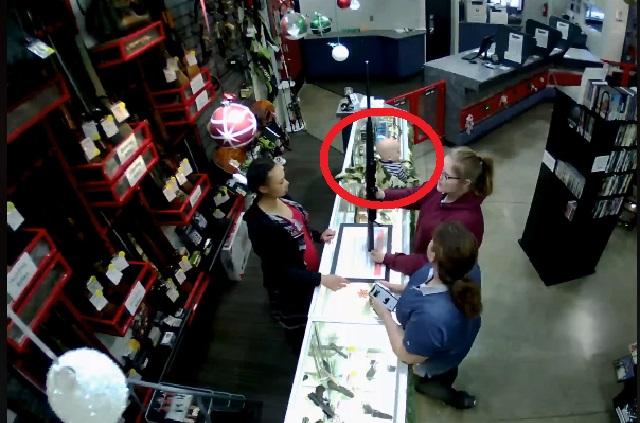 Video: cae de un mostrador mientras su mamá prueba un rifle