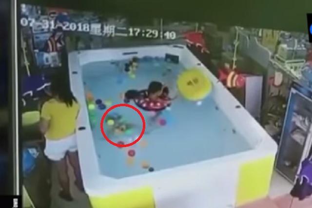 Bebé casi muere ahogado porque su cuidadora se distrajo en el celular