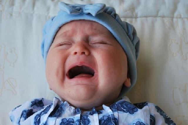 Azafata le prohíbe a un bebé llorar por más de cinco minutos