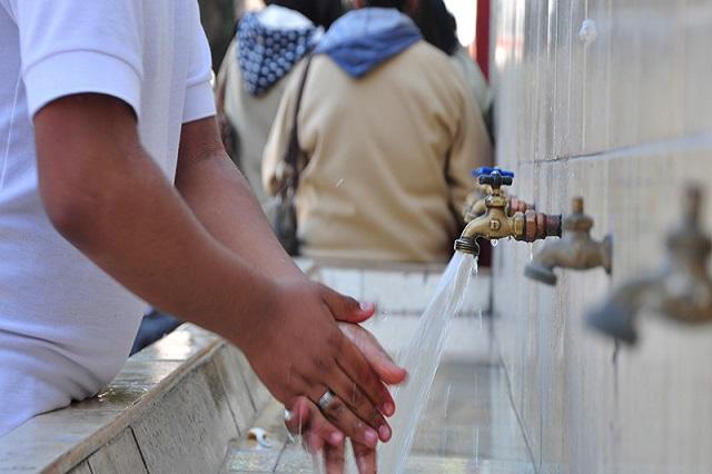 Condonan deuda por servicio de agua a 774 escuelas de la capital