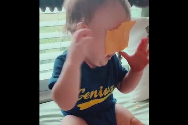 Tirar rebanadas de queso al rostro de bebés; el nuevo reto viral de la red