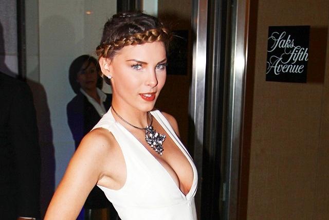 Belinda presume portada en topless y crea controversia