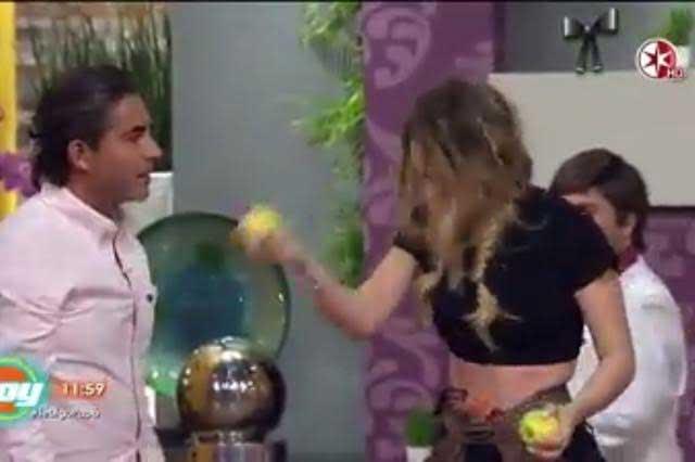 #BelindaChallenge Jóvenes imitan a Belinda y se golpean con una manzana
