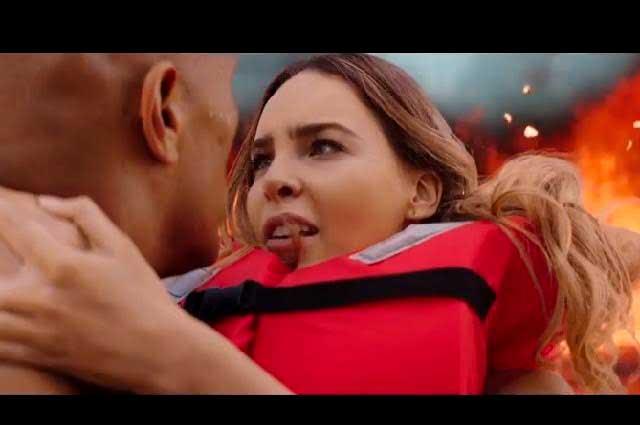 Belinda aparece en tráiler de Baywatch en los brazos de La Roca