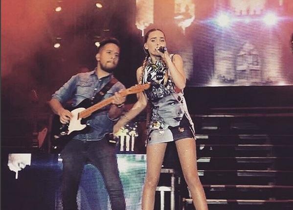 Belinda no llena Plaza de Toros en Cancún y sale 3 horas tarde a cantar