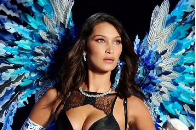 Bella Hadid levanta brazos y enseña de más en desfile de Victoria's Secret