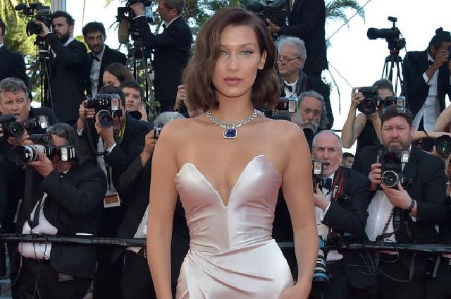 Vestido de Bella Hadid se abrió y dejó a la vista su ropa íntima en Cannes