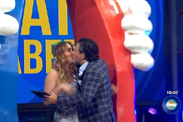 Raúl Araiza le da tremendo beso a Andrea Legarreta en la boca en vivo