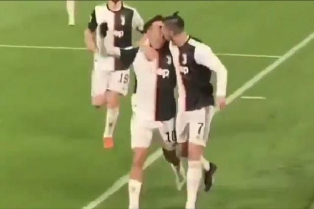 Cristiano Ronaldo besa a Paulo Dybala por accidente: VIDEO